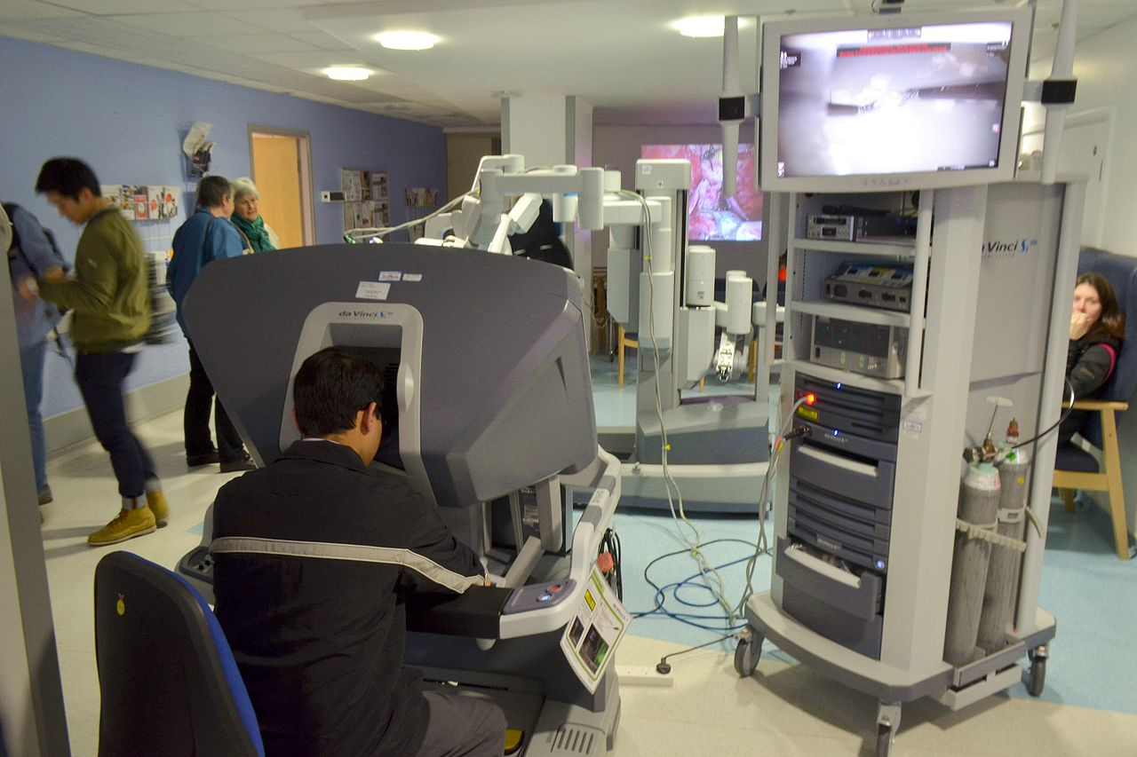 Так выглядит пульт управления роботом-хирургом