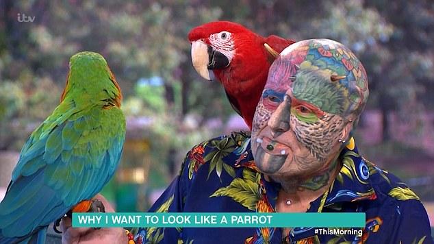 В Британии «человек-попугай» тратит всю свою пенсию на пластику