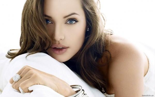 Анжелина Джоли решилась на операцию
