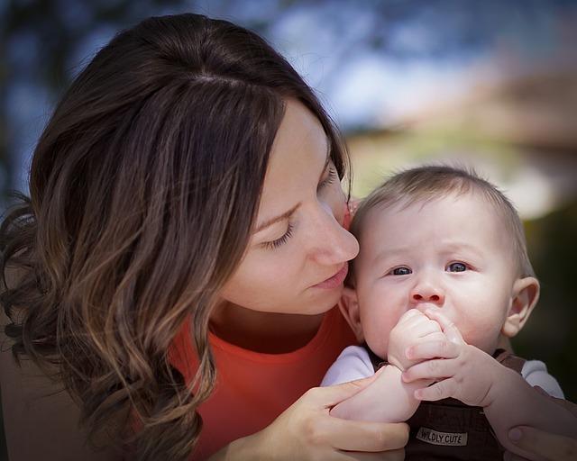 Женщины с грудными имплантами на 20% реже кормят детей грудью