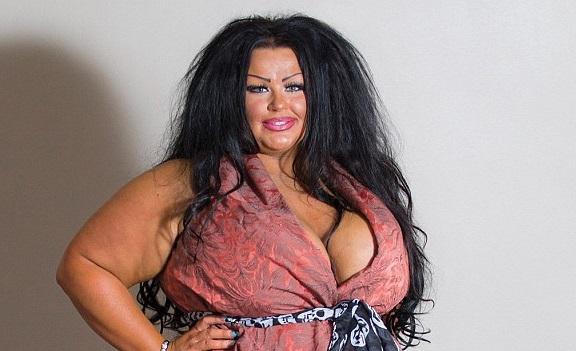 Британка в пятый раз увеличила грудь, чтобы добиться сходства со своей карикатурой