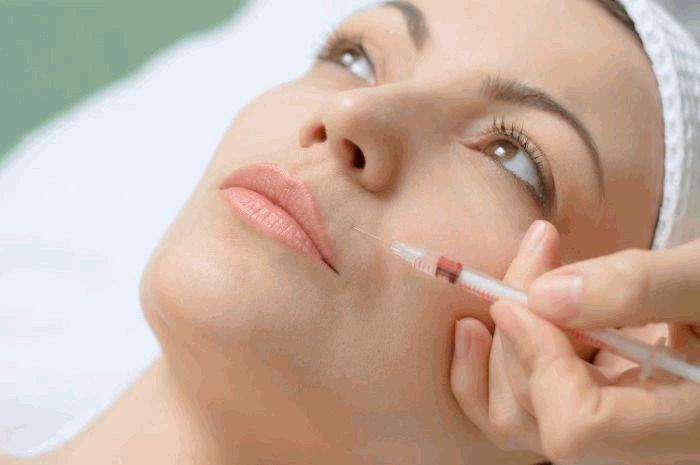 Косметологи рассказали о профилактике осложнений после «уколов красоты»
