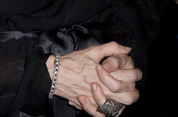 Мадонна не смогла скрыть возраст своих рук при помощи хирургов