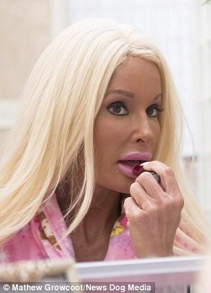 Медсестра пластического хирурга и мать пятерых детей превратила себя в Барби